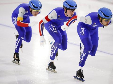 Sverre Lunde Pedersen (bakerst) dytter Hallgeir Engebråten og Allan Johansson frem på fredagens lagtempo i verdenscupen.