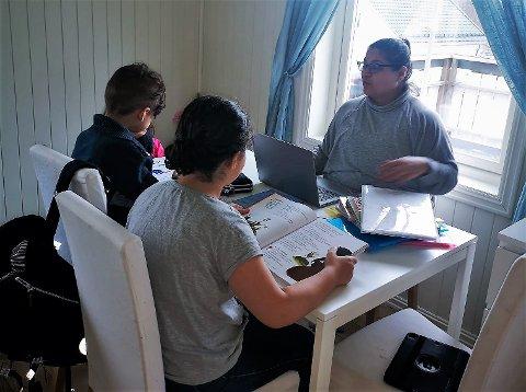 Fatma Demirel har valgt å holde barna hjemme fra skolen i nærmeste framtid. Her sitter de og gjør skolearbeid hjemme i Mjøndalen.