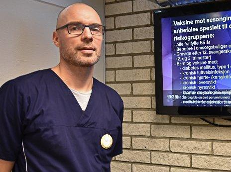 Smittevernlege Lars-Erik Fikke forteller at mange har blitt innlagt på sykehus på grunn av koronasykdommen.