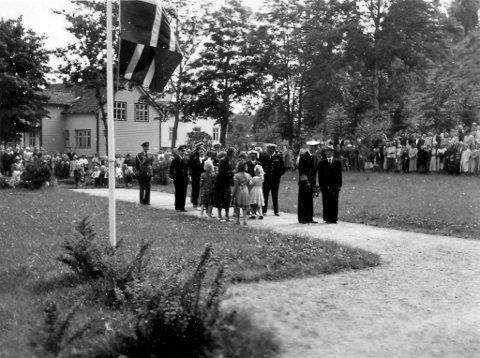 Kong Haakon VII i Kyrkjeparken i 1949 for å legge ned krans ved minnestøtta.