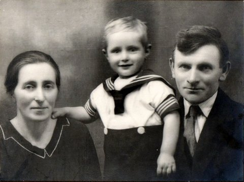 DEN VESLE FAMILIEN: Helga, Andreas og Knut Riise i 1935.