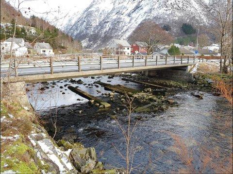 IKKJE GOD NOK: Fylkesveg 55 går over Hovlandselva på denne brua om lag midt i området som Sunnfjord geo center har undersøkt. Brua har for liten kapasitet til å ta unna vatnet ved ein 200-årsflaum, noko som kan føre til at brua fungerer som ein demning. (Foto: Sunnfjord geo center)