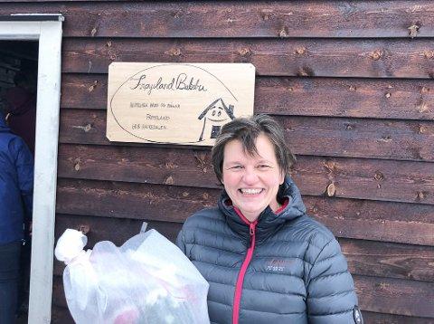 HELD FRAM: Turid Vallestad (53) opna kafe i Haukedalen i 2019. Sidan har ho baka for bygda èin dag i veka, men håpar å kunne utvide tilbodet.