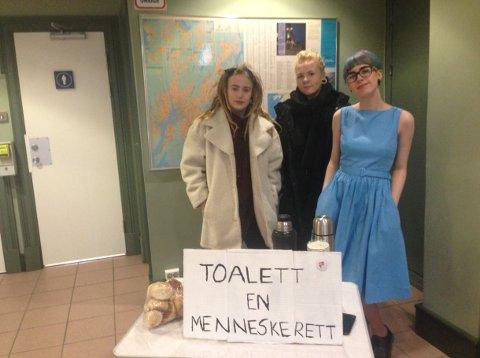 DO-AKSJON: Emmeline Løken (f.v.), leder i Fredrikstad SU, Siri Mac og Malene Vee Hansen aksjonerte for gratis do på Fredrikstad jernbanestasjon lørdag.