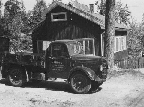 DEN GANG DA: Dette bildet er tatt i 1952 i Rødsveien, der Høiax holdt til på samme eiendom som innehaver Hans Elgheim bodde frem til 1957. Bedriftens varebil i forgrunnen.