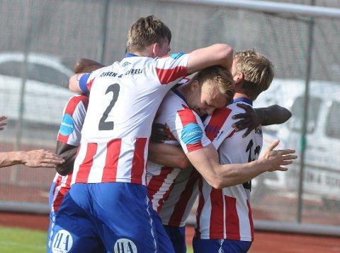 MATCHVINNEREN: Her blir Filip Westgaard feiret etter sin matchvinnende scoring mot Arendal.