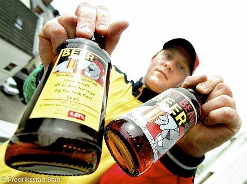 Leder av Red Beavers, Runar Sandsengen, viser frem ølet de selger for å støtte Stjernen. Han sier han ikke har noe problem med å blande alkohol og idrett.  Fotograf: Fredrik Solstad TattDato: 20000713