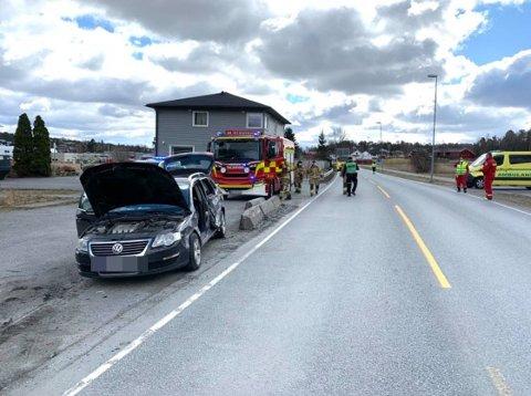 Personbilen har fått omfattende skader på siden. Fire personer blir undersøkt av ambulansepersonell.