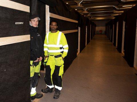 ROMSLIG: Gabriel Framvik og Hermon Tekle viser frem de romslige bodene som de har bygd i Siva bygget.