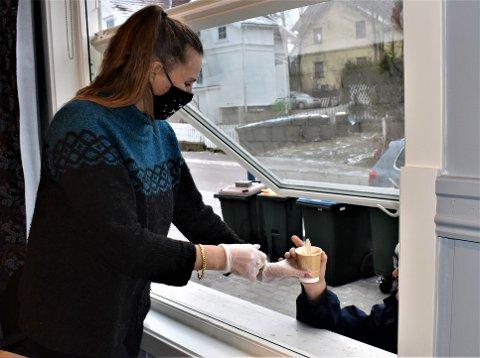 VEL BEKOMME: Hege Magnussen og de andre frivillige på Blå Kors må servere maten gjennom vinduet på grunn av koronarestriksjonene.