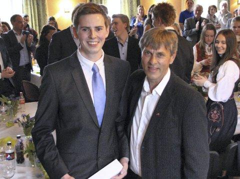 REKKESEKSER: Sebastian Langbakk (til venstre) fikk 18 av 22 seksere og ble kåret til «Årets elev» av Åge Steen. Foto: NTG