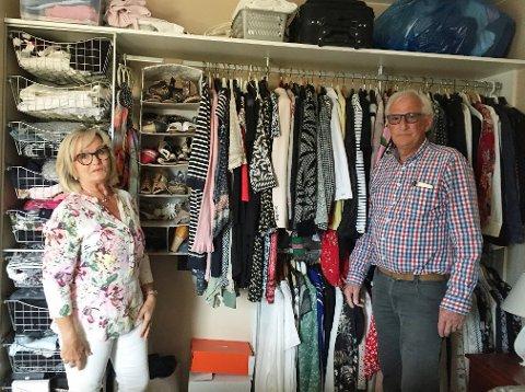 Tone Sørbye-Mathisen og Rolf Mathisen har fått det innvendige opphenget til garderoben slik at de får hengt opp klærne, men ikke skapdørene. Nå er Garderobemannen de har bestilt fra konkurs.