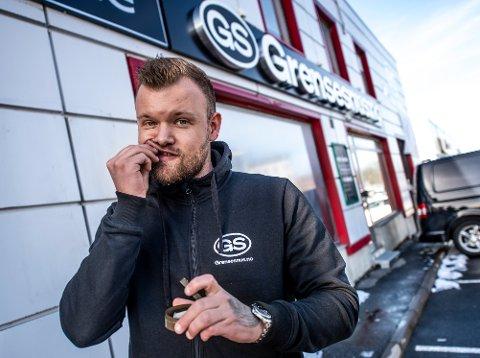 Daglig leder Preben Hellesvik har travle dager før Grensesnus.no AS åpner sin nye butikk i Mosseveien 7.