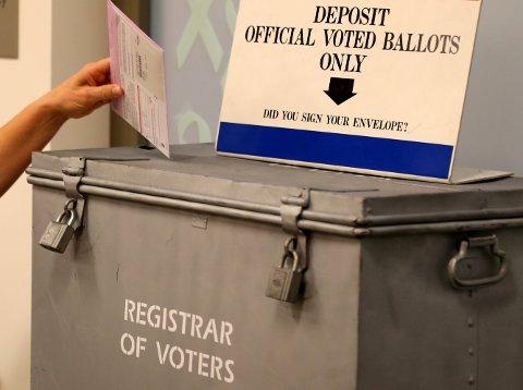 Nå stemmer amerikanerne på sin neste president.       REUTERS/Mike Blake