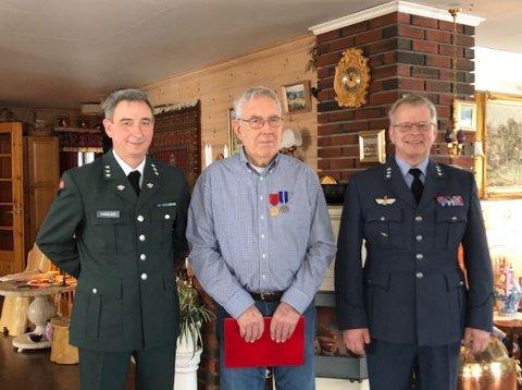 FIKK HEDER OG MEDALJE: Etter 70 år fikk Arne Sagmoen (i midten) diplom og medlaje for sin innsats i Tysklandsbrigaden etter 2. verdenskrig. Her sammen med områdesjef Per Gunnar Hagelien og venn Einar Slinde fra Nesodden.