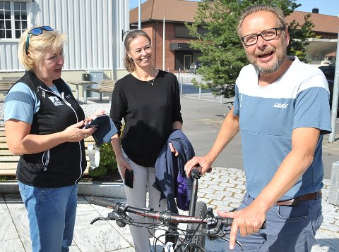 BEKYMRET: Daglig leder i Birken AS, Eirik Torbjørnsen (til høyre) frykter at nedgang i terrengsykling i Norge på sikt kan ramme Birken. Her sammen med sportssjef Sølvi Amundsen Aas (til venstre) og kultursjef i Åmot kommune, Caroline Rolstad.