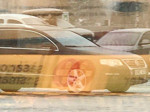 Observante tipsere ringte politiet da de fikk se denne bilen i Sel fredag ettermiddag. Bildet er tatt da den sto utenfor en av butikkene tyvene besøkte torsdag.