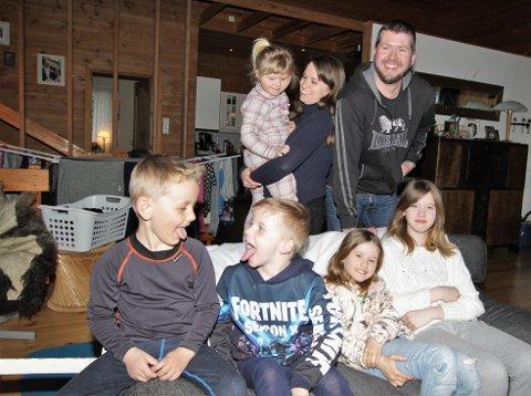 LITT FLERE: Familien Langvik Vibe i Øyer er litt større enn gjennomsnittsfamilien. Bak står far Marius Edvinsen Vibe og mor Langvik Vibe med Eline (3) på armen. I sofaen fra høyre sitter Ingrid (10), Olivia (8), og Andreas (5). Helt til venstre er nabogutten Kasper Olai Bjørnstad (5) som er på besøk.