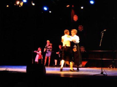 RUNDDANS: Det går fort for seg når det danses på Landskappleik. Elin Eidsand fra FolkOrg og Pål Anders T. Sveen fra Tingelstadringen var Hadelands håp i Trysil i klassen «Dans fele klasse A».