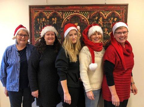 JUL PÅ NORSK: Nissdamer som er klare for «Jul på norsk», 13. desember. Fra venstre Bitten Nesbakken, Irene Bjørklund Ekern, Marianne Sagbakken, Marianne Orvang og Inger Stensrud Haug.