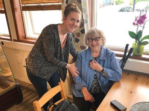 JUSTYNA OG KARI: Justyna setter pris på at Kari Herredsvela og andre gjester kommer på besøk. Kari berømmer Justyna og konditori-tilbudet i Brandbu.