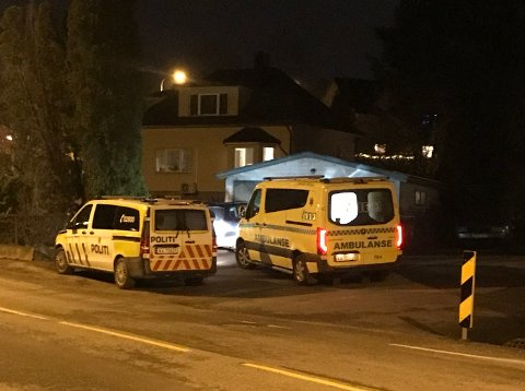 Politi og ambulanse rykket ut til Tistedal torsdag ettermiddag. Huset i bakgrunnen har ingenting med hendelsen å gjøre.