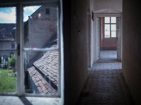 SELGER: Maren Ingeborg Gråblomst selger nå en humegård utenfor Praha.
