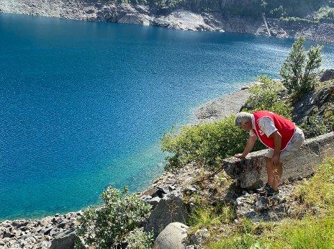 ØYDELAGT: Fleire hundre meter med kantmur ned mot vatnet er øydelagt i Valldalen.