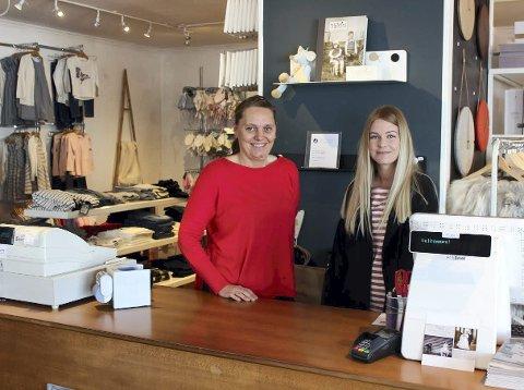 Deler butikklokale: Marit N. Sandhåland (t.v) i Skudeneshavn barneklær og Ingrid Karine Haraldseid i Sør interiør synes det drive to forskjellige butikker i samme lokale fungerer optimalt.