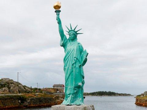 HÆRVERK: Natt til fredag har noen kastet lyskasteren som lyser opp Frihetsstatuen på Visnes, i sjøen. - Vi opplever stadig hærverk, opplyser Kobberverkets venner. Arkivfoto.