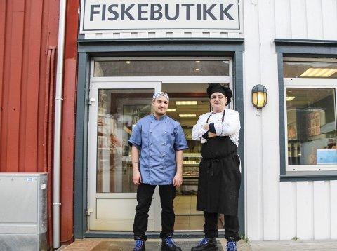 REDUSERER: F.v. Ljubisa Babic og Christian Johansson på fiskebutikken i Mosjøen vil ikke lenger ha åpent på lørdager. Foto: Vegard Olsen