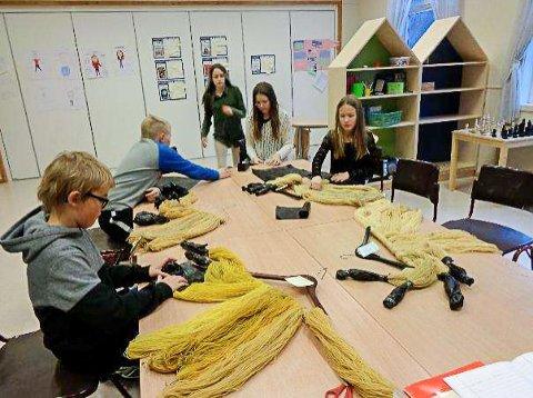 Finale: Tverlandet Oppvekstenter 3. - 7. klasse har gått videre til finalen i Nysgjerrigper-konkurransen med prosjektet «Hvordan vil plantefarging av garn påvirkes av de materialene vi bruker?»