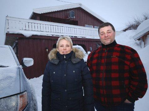 HAR KJØPT HUS: Ruth og Geir Kristian Leinan foran huset de har kjøpt i Vevika. De bor bare et steinkast unna hans foreldre.