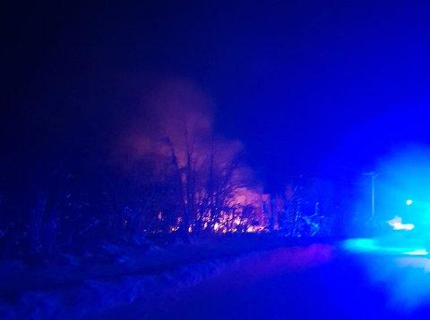 OVERTENT: Rundt 04.34 kom det melding om brann i en bygning i Neiden, Sør-Varanger. Alle nødetatene rykket ut til stedet, men hytta var overtent da de ankom stedet.