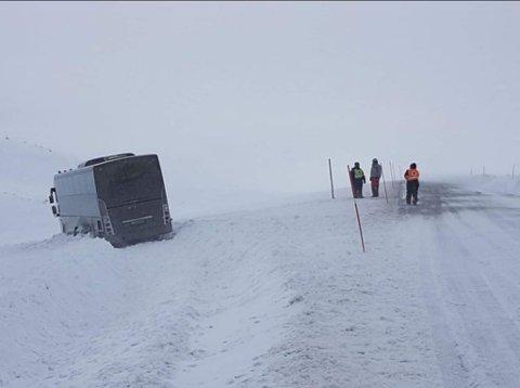 STERK VIND: Bussen blåste av veien.