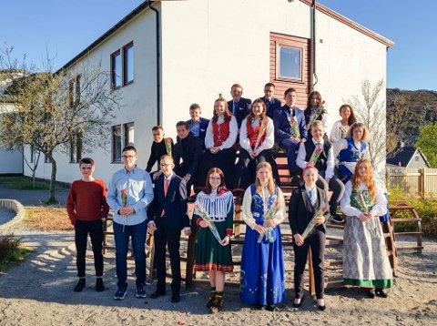 GAVEMILDE ELEVER: 10. trinn på Fjordtun skole hadde skoleavslutning på onsdag. Før de avsluttet ti år på barne- og ungdomsskolen delte de ut 50.000 kroner til gode formål i hjembyen.