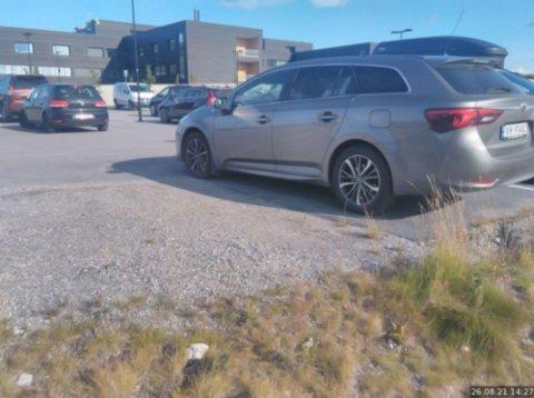 BOT: Her fikk Inger Varsi bot på Kirkenes sykehus sin parkeringsplass.