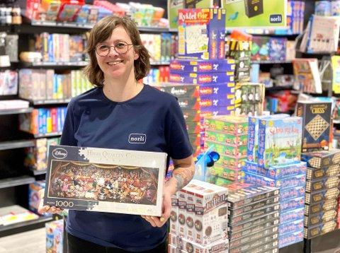 HOBBY: Kan tyde på at mange har fått seg en ny hobby, forteller vikarierende butikksjef Karine Bjerkestrand.