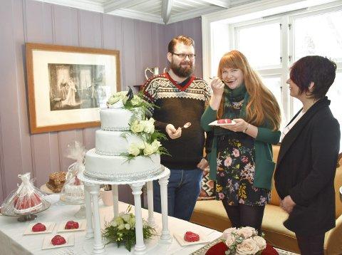 Godbiter: Ingebjørg og Marcus prøvesmaker kaker hos Wenche Ruud Moseby under bryllupsmessa på Eidsverket lørdag. Alle foto: Inger-Lise Haga