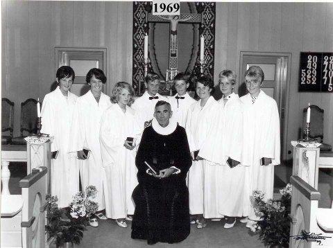 Her er konfirmantene på Rømskog avbildet i 1969; Bjørg Irene Flaten, Inger Torine Høgenes, Torill Skullerud, Dagfinn Nordbø, Torkel Edlar Tørnby, Anne-Britt Halvorsen, Aud Helene Hagen, Sølvi Sandem.