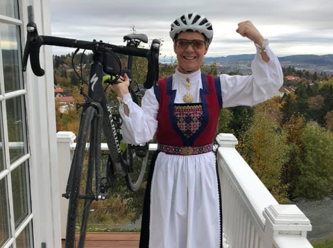 Torsdag skal Hanne Smedal Tenggren sykle i bunad fra Mo i Rana til Nesna og videre til Sandnessjøen.