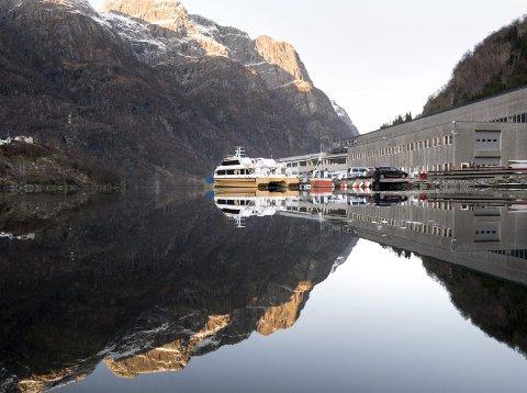 Dypt inne i fjorden skapes milliardinntekter. Siden 2002 har                                                       Brødrene Aa produsert 62 hurtigbåter i karbonfiber. Før nyttår er trolig denne båten i trafikk i elvedeltaet mellom Hongkong og Macau i Kina.