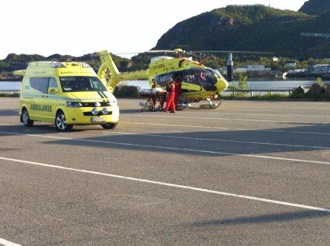 Ved 20.30-tida ble kvinnen tatt med ned til fergeleiet i Svolvær hvor en ambulanse ventet.