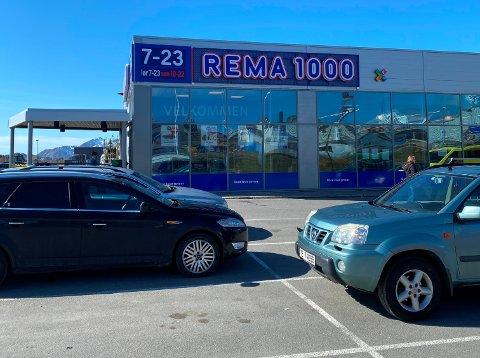 ANGREPET: Den var inne på Rema 1000 på Leknes at en mann ble angrepet av en annen mann.