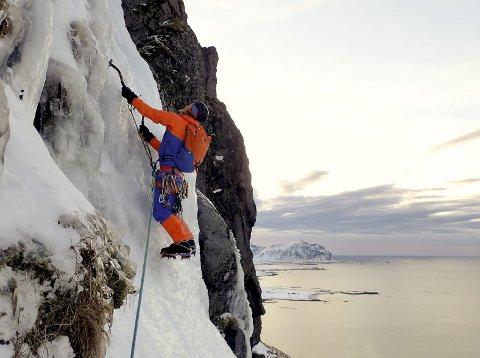 UTSIKT: – Vi hadde en fantastisk utsikt rett ut i storhavet. Det er det som gjør det så spesielt å klatre på yttersida i Lofoten, forteller Emma Wichardt.