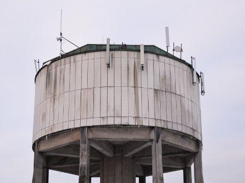 ALT SKAL VEKK: Det er i dag en lang rekke antenner og elektriske installasjoner på vanntårnet i Råde.