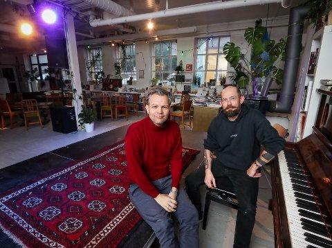 PÅ SCENEKANTEN: Rudi Myntevik (til venstre) skal delta på Unplugged at House of Foundation – Arild Settli skal ta seg av teknikken.