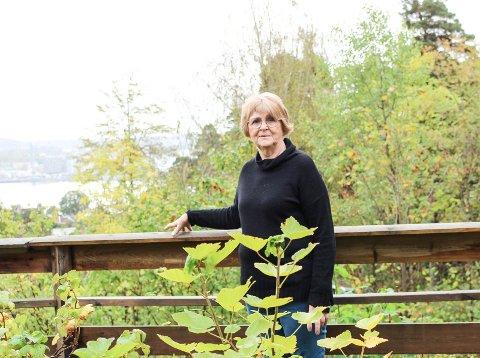 HJELPER ANDRE:  Jonina Vålerhaugen har selv en mann som har demens. Nå hjelper hun andre pårørende gjennom samtalegrupper.