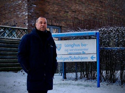 Her ble smitten påvist: Andreas Bjørge står utenfor Langhus bo- og servicesenter, der den første smitten av det britiske muterte koronaviruset ble påvist for to uker siden. Men fotografen, med fortid i Namsos, er ikke redd for smitte, selv om han er alvorlig kreftsyk.