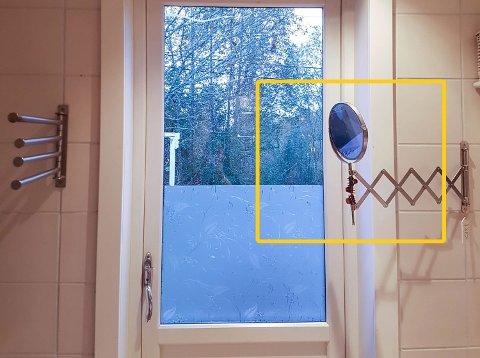 Sollyset traff det lille speilet til høyre i bildet og reflekterte over på et håndkle som hang på stativet til venstre. Det resulterte i at håndkledet tok fyr.